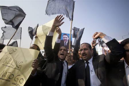 Lawyers shout anti-American slogans during a demonstration in Rawalpindi November 28, 2011.  REUTERS/Faisal Mahmood