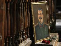 Портрет Иосифа Сталина около дома под Тбилиси, 5 марта 2011 года. Единственная дочь советского диктатора Иосифа Сталина Светлана Аллилуева, больше 40 лет носившая фамилию Питерс, скончалась в американском штате Висконсин, сообщили власти.  REUTERS/David Mdzinarishvili