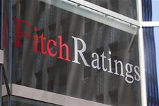 """Логотип агенства Fitch на здании в Нью-Йорке, 7 мая 2011 года. Агентство Fitch Ratings понизило прогноз рейтинга США до негативного со стабильного, предупредив, что если власти до 2013 года не представят надежный план сокращения дефицита бюджета, то страна может потерять первоклассный кредитный рейтинг """"ААА"""".  REUTERS/Jessica Rinaldi"""