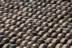 Автомобили Honda, пострадавшие в результате наводнения в провинции Аюттхая, Таиланд, 26 ноября 2011 года. Японский автопроизводитель Honda Motor Co планирует возобновить производство на пострадавшем от наводнения заводе в Таиланде с апреля 2012 года, спустя шесть месяцев после вынужденного закрытия, сообщает газета Nikkei. REUTERS/Athit Perawongmetha