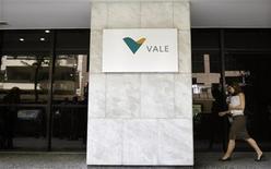 Женщина проходит мимо входа в здание офиса Vale в Рио-де-Жанейро, 12 февраля 2008 года. Цены на железную руду в ближайшей перспективе останутся в диапазоне $120-180 за тонну, а рынок этого основного сырья для производства стали будет расти за счет Азии, сказал директор по стратегии и глава железорудного подразделения бразильского горнорудного гиганта Vale Жозе Карлос Мартинс в интервью Рейтер.   REUTERS/Sergio Moraes