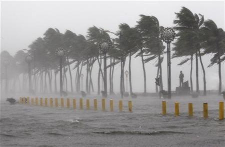 The main street of Roxas boulevard is seen submerged under flood waters in metro Manila September 27, 2011 after Typhoon Nesat.   REUTERS/Romeo Ranoco