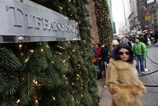 Покупатели идут мимо Tiffany & Co по Пятой авеню в Нью-Йорке, 6 декабря 2008 г. Производитель ювелирных изделий Tiffany & Co повысил годовой прогноз прибыли, ожидая сохранения сильных продаж в последнем квартале. REUTERS/Chip East
