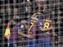 """Футболисты """"Барселоны"""" радуются году, забитому в ворота """"Райо Вальекано"""" в Барселоне, 29 ноября 2011 года. Дубль дорогостоящего новичка """"Барселоны"""" Алексиса Санчеса помог каталонскому клубу разгромить """"Райо Вальекано"""" 4-0 и приблизиться к лидирующему в чемпионате Испании """"Реалу"""", который, однако, пока провел на матч меньше. REUTERS/Gustau Nacarino"""