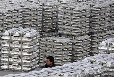 Работник идет среди груды алюминиевых слитков на складе завода по производству алюминия в Юнчэн, 7 января 2010 г. Китай может увеличить мощности по производству первичного алюминия на 60 процентов к 2015 году, сказал директор отраслевой ассоциации. REUTERS/Stringer Shanghai