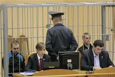 Дмитрий Коновалов и Владислав Ковалёв до начала судебных слушаний в Минске, 14 ноября 2011 г. Белорусский суд приговорил к смертной казни двух обвиняемых в организации взрыва в минском метро 11 апреля, унесшего жизни 15 человек. REUTERS/Vasily Fedosenko