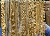 Золотые украшения в ювелирном магазине в Аммане, 12 сентября 2011 г. Цены на золото вернулись к уровню открытия сессии после роста в ее начале под давлением сильного доллара и спада на фондовых рынках. REUTERS/Ali Jarekji