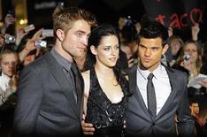 """Robert Pattinson (esq), Kristen Stewart (centro) e Taylor Lautner na estreia do filme """"A Saga Crepúsculo: Amanhecer - Parte 1"""" , em Londres. O filme ultrapassou o marco dos 500 milhões de dólares arrecadados nas bilheterias mundiais na segunda-feira depois de sua estreia há 12 dias, disse a distribuidora do filme Summit Entertainment. 16/11/2011  REUTERS/Toby Melville"""
