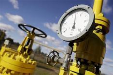 Датчик давления на оборудовании на газовой станции в Варшаве, 13 октября 2010 года. Крупнейший частный газодобытчик в РФ - Новатэк приобрел 100% акций дочерней сбытовой структуры Газпрома в Челябинске, сообщил Новатэк.  REUTERS/Kacper Pempel