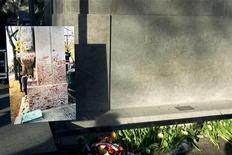 Отреставрированное надгробье на могиле Оскара Уайльда и фотография того, как оно выглядело до этого, в Париже 30 ноября 2011 года. Больше 10 лет поклонники со всего мира стекались к могиле Оксара Уайльда на знаменитом парижском кладбище Пер-Лашез для того, чтобы выразить свою любовь к писателю, ярко накрашенными губами поцеловав кремовое надгробье. REUTERS/Charles Platiau