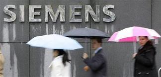Люди проходят мимо здания компании Siemens в Мюнхене 13 ноября 2008 года. Машиностроительный концерн Силовые машины и немецкий Siemens подписали соглашение о создании СП для производства газовых турбин в РФ, сообщили компании. REUTERS/Michaela Rehle