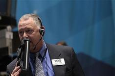 Трейдер работает в торговом зале на Уолл-стрит в Нью-Йорке, 28 октября 2011 года. Американские индексы закрылись разнонаправленно в четверг после резкого скачка среды, но трейдеры боятся, что на рынке может начаться распродажа, если данные о числе рабочих мест, которые выйдут в пятницу, не оправдают надежд. REUTERS/Brendan McDermid