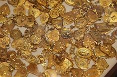 Сувениры из золота в ювелирном магазине в Аммане, 28 июля 2011 г. Цены на золото растут, так как инвесторы ищут защиты от инфляции, ожидая действий Европейского Центробанка по предоставлению Европе дешевой ликвидности в условиях кризиса. REUTERS/Majed Jaber