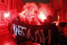 Анархисты протестуют в центре Москвы после закрытия участков для голосования 4 декабря 2011 года. Полиция задержала десятки людей в Москве и Петербурге, хотя выступления протеста против нарушений в пользу партии власти на парламентских выборах оказались не столь масштабными, как надеялась оппозиция.     REUTERS/Sergei Karpukhin