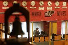 Торговый зал биржи ММВБ в Москве, 13 ноября 2008 года. Торги российскими акциями открылись в понедельник не очень уверенным повышением по всему спектру бумаг, несмотря на укрепляющиеся цены на нефть и подрастающие американские фондовые фьючерсы, и уже через несколько минут торгов перешли на негативную территорию. REUTERS/Alexander Natruskin