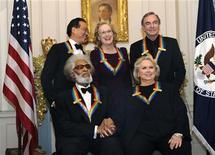 Homenageados pelo prêmio Kennedy (frente, esq à dir): o músico do jazz Sonny Rollins, a atriz da Broadway Barbara Cook, (atrás, esq à dir): o violoncelista Yo-Yo Ma, a atriz Meryl Streep, e o cantor e compositor Neil Diamond, após o jantar de gala, em Washington. 03/12/2011  REUTERS/Mike Theiler