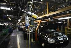 Вид на цех завода АвтоВАЗ в Тольятти 25 сентября 2009 года. Власти РФ дали оптимистичный прогноз развития российского автомобильного рынка в 2011 году: Минпромторг предполагает, что в РФ будет продано 2,65-2,70 миллиона легковых и легких коммерческих автомобилей. REUTERS/Denis Sinyakov