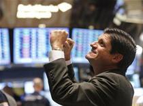 Трейдер следит за ходом торгов на бирже в Нью-Йорке, 28 ноября 2011 года. Американские фондовые индексы выросли на 1 процент в понедельник, но ралли было омрачено известием, что Германия и другие европейские страны могут потерять свой первоклассный кредитный рейтинг. REUTERS/Brendan McDermid