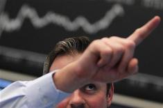 Трейдер работает в торговом зале биржи во Франкфурте-на-Майне, 8 ноября 2011 года. Европейские рынки акций достигли пятинедельного максимума закрытия в понедельник, после того как президент Франции Николя Саркози и канцлер Германии Ангела Меркель договорились о ряде мер, направленных на разрешение долгового кризиса еврозоны. REUTERS/Alex Domanski
