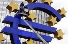 Рабочие монтируют логотип Евро перед зданием ЕЦБ во Франкфурте-на-Майне, 6 декабря 2011 года. Европейские лидеры обсудят увеличение мощности фонда помощи еврозоны на саммите в пятницу, сообщила газета Financial Times на своем сайте со ссылкой на высокопоставленных европейских чиновников. REUTERS/Ralph Orlowski