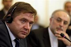 Министр энергетики РФ Сергей Шматко (слева) на пресс-конференции в Тегеране, 11 сентября 2011 года. Россия считает, что поставки нефти не следует использовать для оказания давления на Иран, и не поддержит такое решение, сказал министр энергетики РФ Сергей Шматко. REUTERS/Caren Firouz