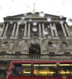 Автобус проезжает мимо Банка Англии в Лондоне, 11 февраля 2011 года. Банк Англии сохранил ключевую ставку на уровне 0,5 процента годовых и объем программ выкупа активов на уровне 275 миллиардов фунтов, как и ожидало большинство аналитиков. REUTERS/Toby Melville