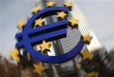 Логотив евро перед зданием ЕЦБ во Франкфурте-на-Майне, 8 декабря 2011 года. Европейский Центробанк снизил ставку рефинансирования до 1,00 процента годовых с 1,25 процента, как и ожидало большинство аналитиков. REUTERS/Alex Domanski