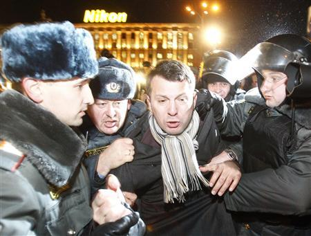 Policemen detain an activist during a rally to protest against the results of the parliamentary elections and the policies conducted by Russian authorities in Moscow, December 6, 2011. REUTERS/Mikhail Voskresensky