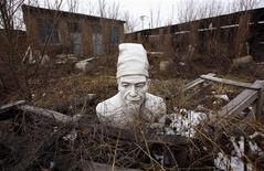 <p>A bust of the Chinese philosopher Confucius lies on the ground in an abandoned stone carving workshop in the town of Dangcheng in Quyang county, located 250 km (155 miles) southwest of Beijing December 7, 2011. REUTERS/David Gray</p>