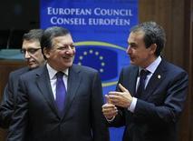 Председатель Еврокомиссии Жозе Мануэл Баррозу и ппокидающий пост премьер-министра Испании Хосе Луис Родригес Сапатеро на саммите ЕС в Брюсселе, 9 декабря 2011 г. Девять стран готовы присоединиться к 17 членам еврозоны в разработке нового международного соглашения об углублении бюджетного союза, направленного на преодоление суверенного долгового кризиса, свидетельствуют предварительные заключения саммита. REUTERS/Yves Herman