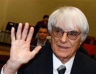 O dirigente máximo da Fórmula 1 Bernie Ecclestone chega ao tribunal para depor contra o banqueiro  Gerhard Gribkowsky, em um tribunal distrital em Munique, na Alemanha, em novembro. Ecclestone espera que o Bahrein tenha uma corrida livre de incidentes no próximo ano mas concordou neste sábado que acontecimentos no país podem forçá-lo a repensar.  09/11/2011 REUTERS/Michael Dalder