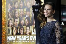 """Актриса Хилари Суонк на премьере фильма """"Старый Новый год"""" в Голливуде, 5 декабря 2011 года. Романтическая комедия """"Старый Новый год"""" возглавила домашний бокс-офис в минувший уикенд, однако это несильно порадовало Голливуд, поскольку общие продажи билетов в Северной Америке опустились до минимального за три года уровня. REUTERS/Mario Anzuoni"""
