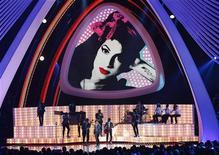 Выступление Бруно Марс в память об Эми Уайнхаус на MTV Video Music Awards 2011 в Лос-Анджелесе, 29 августа 2011 г.  Посмертный альбом британской певицы Эми Уайнхаус взлетел на вершины британских чартов в воскресенье, спустя более четырех месяцев после ее смерти. REUTERS/Mario Anzuoni
