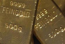 Золотые слитки на австрийском сребро- и златосортировочном заводе в Вене, 26 августа 2011 года. Цены на золото снизились до минимума трех недель на фоне роста доллара и несмотря на страх инвесторов из- за отсутствия решения долгового кризиса еврозоны. REUTERS/Lisi Niesner