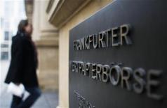 <p>La Bourse de Francfort, géré par Deutsche Börse. Un régulateur régional allemand a annoncé lundi avoir émis des réserves légales concernant l'alliance de Deutsche Börse avec Nyse Euronext, sur lesquelles elle dit attendre des réponses. /Photo prise le 15 février 2011/REUTERS/Alex Domanski</p>