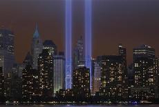 Символизирующие башни-близнецы ВТЦ лучи света в день 10-летия трагедии 9/11 в Нью-Йорке 11 сентября 2011 года. Голландская архитектурная компания принесла свои извинения за проект двух близнецов-небоскребов в центра Сеула, напоминающих башни Всемирного торгового центра в Нью-Йорке. REUTERS/Jim Young