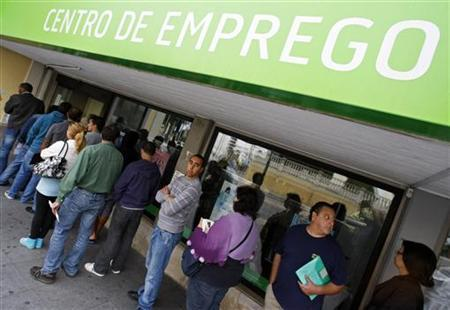 People queue outside Sintra employment center in Lisbon August 17, 2011. REUTERS/Jose Manuel Ribeiro/Files
