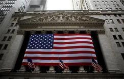 Американский флаг на фасаде Нью-Йоркской фондовой биржи 10 февраля 2009 года. EPAM Systems Inc, поставщик услуг в области разработки программного обеспечения и решений на территории России, может провести первичное публичное размещение акций в США в первом квартале 2012 года, сообщили Рейтер два источника, знакомых с планами компании в понедельник. REUTERS/Eric Thayer