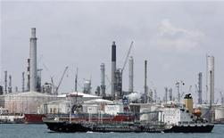 Корабли на фоне НПЗ у побережья Сингапура. Фотография сделана 17 октября 2008 года. Международное энергетическое агентство (IEA) снизило прогнозы роста мирового потребления нефти в 2011 и 2012 годах с учетом ухудшения экономических прогнозов. REUTERS/Vivek Prakash