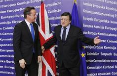 Глава Еврокомиссии Жозе Мануэл Баррозу (справа) и британский премьер Дэвид Кэмерон перед саммитом Еврокомиссии в Брюсселе 18 ноября 2011 года. Евросоюз (ЕС) хочет взаимодействия с Великобританией, чтобы новое финансовое соглашение удовлетворяло интересам всех европейских стран, несмотря на отказ Лондона участвовать в новом соглашении, сказал во вторник президент Еврокомиссии Жозе Мануэл Баррозу. REUTERS/Francois Lenoir