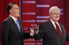 Кандидаты в президенты от Республиканской партии Митт Ромни (слева) и Ньют Гингрич во время дебатов в Университете Дрейка в Де-Мойне, штат Айова, 10 декабря 2011 года. Ньют Гингрич опережает своего соперника Митта Ромни в борьбе за право выдвинуться в президенты США от Республиканской партии, однако, если бы выборы состоялись сегодня, Барак Обама победил бы его с большим отрывом, чем Ромни. REUTERS/Jeff Haynes