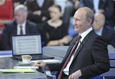 Премьер-министр РФ Владимир Путин улыбается во время телеконференции в Москве, 15 декабря 2011 года. Премьер-министр РФ Владимир Путин, планирующий вернуться в президентское кресло в марте 2012 года, общается в прямом эфире с гражданами РФ, отвечая на их вопросы. REUTERS/Alexei Nikolsky/RIA Novosti/Pool