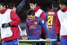 David Villa, do Barcelona, é transportado para fora de campo após ser lesionado durante jogo contra o Al Sadd no Mundial de Clubes, em Yokohama. 15/12/2011 REUTERS/Kim Kyung-hoon