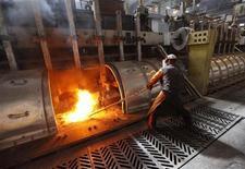 Работник на алюминиевом заводе в Красноярске, 18 мая 2011 г. Промышленное производство в РФ показывает третий месяц подряд стабильные и в то же время минимальные за последние два года темпы роста на фоне ожиданий снижения спроса в экспортно-ориентированных отраслях. REUTERS/Ilya Naymushin