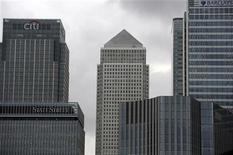 """Банки и офисные здания в деловом центре Лондона. Фотография сделана 22 сентября 2011 года. Агентство Fitch Ratings в четверг понизило рейтинги Goldman Sachs, Deutsche Bank и пяти других крупных банков в Европе и США, сославшись на """"растущие трудности"""" на финансовых рынках. REUTERS/Paul Hackett"""