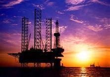 Нефтяная вышка компании CNOOC в Бохайском заливе. Фотография сделана 21 октября 2003 года. Нефть Brent превысила $104 за баррель в пятницу из-за опасений о срыве поставок после того, как Конгресс США одобрил закон, налагающий санкции на Центробанк Ирана, ограничив возможность покупателей платить за иранскую нефть. REUTERS/China Newsphoto/Files