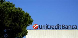 Логотип банка UniCredit в Риме, 15 ноября 2011 г. Один из крупнейших банков Италии UniCredit заявил, что увеличит активность в Центральной и Восточной Европе, так как этот регион будет расти быстрее, чем Западная Европа. REUTERS/Stefano Rellandini