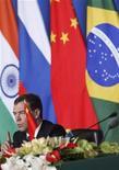 Президент России Дмитрий Медведев выступает на пресс-конференции на саммите лидеров БРИКС в Санье 14 апреля 2011 года. Неожиданная остановка роста в Бразилии. Растущий политический риск в России. Падение индийской рупии до рекордного минимума. Заметное замедление в Китае. REUTERS/How Hwee Young/Pool