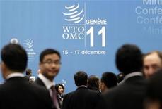 Делегаты на конференции ВТО в Женеве, 15 декабря 2011 года. Министерская конференция Всемирной торговой организации в пятницу формально одобрила принятие России, завершив длившиеся 18 лет переговоры об условиях вступления Москвы в глобальный торговый клуб.  REUTERS/Denis Balibouse