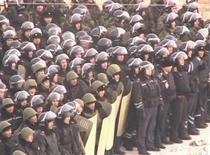 Кадр из видеосъемки в Жанаозене на западе Казахстана, полученной 17 декабря 2011 года. В воскресенье около 500 человек вышли на улицы в центре нефтяной индустрии Казахстана с требованием прекратить силовое давление на бунтующих нефтяников после того, как столкновения с полицией на западе страны унесли 13 жизней в пятницу и одну в субботу. Власти подозревают критиков бессменного президента Нурсултана Назарбаева, укрывшихся от преследования на Западе, в причастности к беспорядкам. REUTERS/STAN TV/K PLUS TV/via REUTERS TV/Handout
